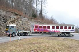 Les virages étaient étroits pour le camion transportant le wagon de 21 mètres. © Michel Duperrex