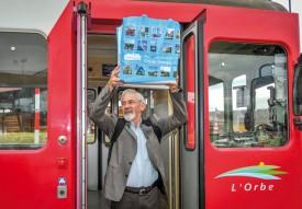 Jacques-André Mayor, président de Travys, a symboliquement accompli le trajet entre Orbe et Chavornay en train, hier matin, avec dans un sac le dossier d'approbation qui a été déposé à Berne plus tard dans la journée. © Carole Alkabes