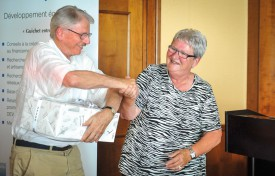 Peter Keller a reçu le prix ADENOVA des mains de Pierrette Roulet-Grin. © Carole Alkabes