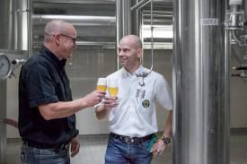 Stefan Falk (à g.), maître-brasseur, et Alexis Rochat, directeur technique de la Brasserie Boxer S.A. @Simon Gabioud