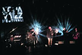 Têtes d'affiche du festival, le trompettiste Ambroze Akinmusire (à g.) et son groupe ont fait honneur au jazz américain, tout en apportant des petites touches de hip-hop. Un savant mélange qui a comblé la salle du Théâtre Benno Besson, samedi.  @Jorge Fernández