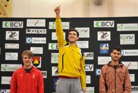 Loïc Gasch, le doigt levé, savoure sa première place. A ses côtés sur le podium, Michael Ravedoni (troisième, à g.) et Lenny Meerschaert (deuxième). © Bobby C. Alkabes