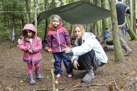 Karin Bourgeois soigne, avec l'aide de plusieurs enfants, une forêt miniature. ©Michel Duperrex