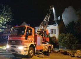Grâce à l'intervention des pompiers, l'incendie a été cantonné à l'annexe reliant les deux bâtiments, en pleine zone résidentielle. Sur cette dernière construction, en revanche, les dégâts sont importants. © Michel Duvoisin