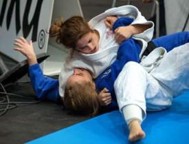 Marina Mangiola (en blanc) met son adversaire au tapis. © Champi
