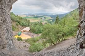 Vue depuis l'une des entrées de l'ancienne mine, l'imposante structure tranche avec le décors végétal et minéral.©Simon Gabioud