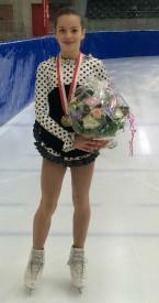 Anaïs Coraducci, ici avec sa médaille de bronze nationale, est une fille au patinage énergique. DR