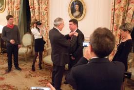 L'ambassadeur français René Roudaut remet les insignes de Chevalier dans l'ordre national de la Légion d'honneur à André Huon. © Muriel Aubert