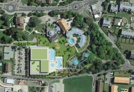 Vue aérienne du futur complexe. On y aperçoit, notamment, un troisième bassin extérieur (rond) et la future attraction, la rivière volante, prévue dans le parc. DR