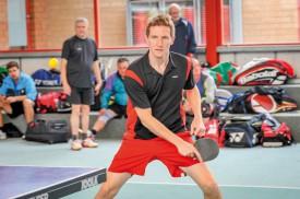 Cédric Junillon au tennis de table, son «deuxième sport» après le tennis. Promis, il est costaud au badminton et au squash aussi. ©Carole Alkabes