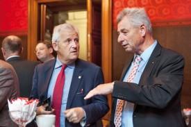 A l'heure du café, Jean-Pierre Grin en pleine discussion au sujet de l'Arc jurassien avec Hans Stöckli, conseiller aux Etats socialiste bernois et emblématique maire de Bienne de 1990 à 2010. ©Simon Gabioud