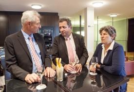 En fin de matinée, les trois élus UDC du Nord vaudois, se sont retrouvés au Grand Café de la Galerie des Alpes, pour un apéritif où il a beaucoup été question de problématiques agricoles. © Simon Gabioud