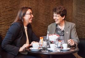 En visite au Palais fédéral, l'ancienne conseillère nationale combière Josiane Aubert, profite de partager un café avec Cesla Amarelle, qui lui avait succédé, en 2008, à la présidence du Parti socialiste vaudois. © Simon Gabioud