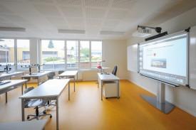 Les nouvelles salles de classe sont équipées de tableaux interactifs. © Carole Alkabes
