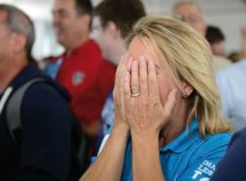 Laurence Leuba, la femme du chef du Département de l'économie et du sport du Canton Philippe Leuba, est émue aux larmes. © Michel Duvoisin