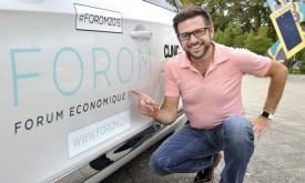 Cédric Borboën, président et fondateur du Forum économique, présente le nouveau logo de la manifestation, qui se tient, aujourd'hui même, à La Marive, à Yverdon-les-Bains. © Michel Duperrex