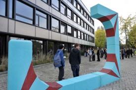 L'oeuvre apporte une touche de couleur dans la cour du gymnase et permet aux étudiants de se prélasser durant les pauses. © Michel Duperrex