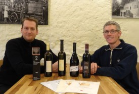 De g à dr: Benjamin Morel et Frédéric Hostettler, du Château de Valeyres, à Valeyres-sous-Rances, avec tous leurs vins distingués. ©Michel Duperrex