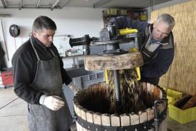 Michal Derkacz et Didier Bourgeois lors du remplissage du vieux pressoir. © Michel Duperrex