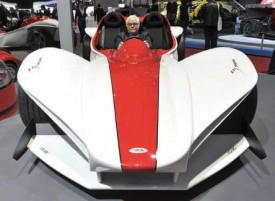Franco Sbarro au volant de Triple, un bolide de 440 chevaux, prévu pour rouler sur circuit. © Michel Duperrex
