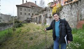Franco Salzano, le voisin direct de l'immeuble projeté, souhaite que le visage de la vieille ville soit préservé et ne veut pas un «mur de Berlin» dans son jardin. © Michel Duperrex