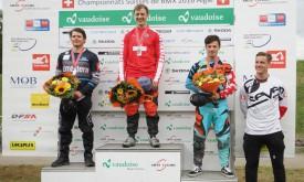 Romain Tanniger (en combinaison bleu ciel) sur la troisième marche du podium, à Aigle, a terminé derrière David Graf et Simon Marquart, et devant Jonathan Demont (Echichens). © Melanie Uhr