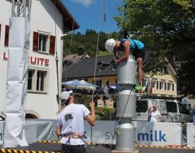 Qui réussira à escalader la plus grande pyramide de boilles à lait au Pont? ©Camille Bardet