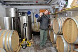 André Leuenberger produit son «grand vin de garage» au domicile de ses parents. Une gamme de six crus à découvrir dès demain dans son carnotzet, à Concise, à la Grand'Rue 8. © Michel Duperrex