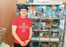 Alexandre Golay devant la première machine créée par son père, en 1990. © Pierre Blanchard