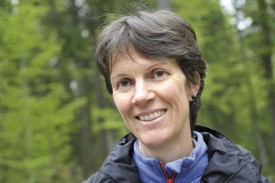 La spécialiste Rita Bütler a distillé ses connaissances sur les vieux arbres en tant qu'habitats pour de nombreuses espèces animales et végétales. © Michel Duperrex