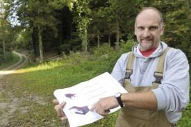 Le garde forestier Jean-Philippe Deriaz présente le projet d'abri sur son futur emplacement. © Michel Duperrex