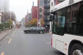 Une situation jugée «typique» par Ernesto Burgos: un automobiliste fait demi-tour face à l'interdiction, alors que deux bus s'apprêtent à se croiser. ©Muriel Aubert