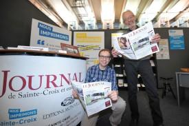 Allan Mueller (à g.) et Jean-Claude Piguet dévoilent la nouvelle maquette du Journal de Sainte-Croix, présentée à l'occasion du Comptoir. © Carole Alkabes