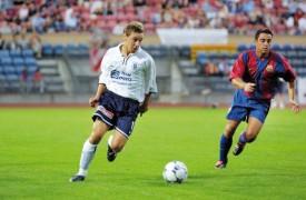 En juillet 2002, David Jimenez (en blanc), alors sous les couleurs du Lausanne-Sports, avait affronté la prestigieuse équipe du FC Barcelone de Van Gaal, lors d'un match de préparation. Les Blaugrana de Xavi (à droite), Riquelme, Cocu, Mendieta, Saviola et Kluivert s'étaient imposés 2-0, à la Pontaise. DR