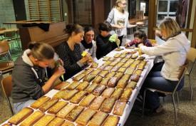Les enseignantes et les jeunes du village ont écrit «Téléthon» sur les 420 pâtisseries. © Muriel Aubert