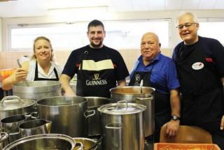 Aurore Chabloz, Vincent Pittet, Pierre-Alain Chabloz et Christian Jaccard ont cuit trente kilos de spaghettis, samedi matin. © Muriel Aubert