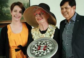 Nicola Beaupain (au centre), fondatrice du Musée du Bouton, remet sa collection à Anna-Lina Corda et Antonio Villaverde, respectivement directrice et conservateur du Musée suisse de la mode. ©Hélène Lelièvre