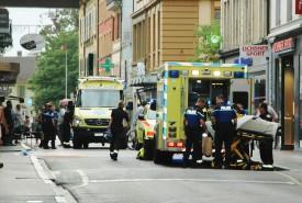 La personne blessée à l'arme blanche a été longuement soignée par les secouristes. © Raposo