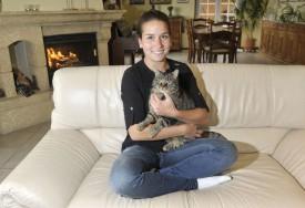 Anna-Lucia dans le calme de la maison familiale avec Kikoo, l'un de ses trois chats. © Michel Duperrex