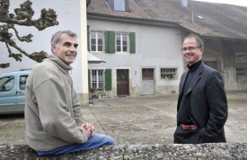 Les initiateurs du projet, Jean-Daniel Cruchet (à g.) et Nicolas Rouge, devant l'appartement mis à disposition. © Michel Duperrex