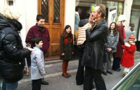 L'acteur n'a pas hésité à faire le pitre pour les enfants Menna et Tenaglia, deux familles de Champagne ravies de cette journée de tournage et qui posent pour la photo souvenirs. DR