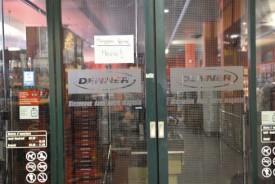Le magasin fermé peu après l'incident qui l'a touché vendredi. © Michel Duperrex