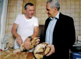 Philippe Rochat appréciait particulièrement le pain au levain de son ami Roland Brouze, boulanger à Vallorbe (à dr.). DR