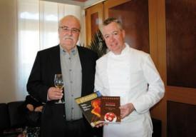 L'éditeur et rédacteur en chef Philippe Dubath avec le cuisinier, à l'occasion de la sortie du Guide des meilleures tables du pays, en 2011. © Raposo -a