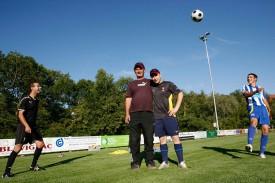 Deux des nouvelles recrues estivales du FC Orbe, Luis Cabacas (à g.) et Flavio Da Silva, jonglent par-dessus les organisateurs du tournoi Patrick Henchoz et Christian Weidmann.