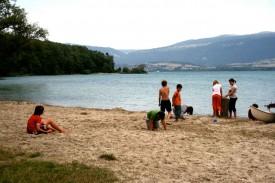 La petite plage située à proximité du Colvert et du Port, à Yvonand, est très prisée par les enfants.