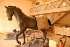 Ce fier cheval porte une armure de quarante-sept kilos!