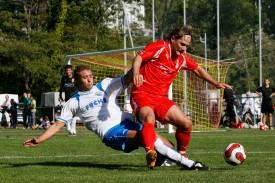 Engagement: Michael Fahrni met sous pression l'entraîneur-joueur du FC Orbe, Jean-Philippe Karlen. Ça a joué physique au Puisoir.