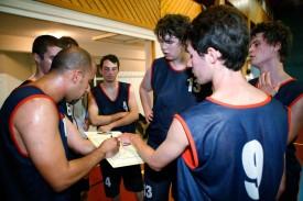 Javier Trespalacios (à g.) donne ses consignes à ses hommes. Le renouveau du basket à Orbe.