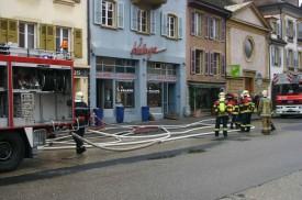 Les pompiers ont brisé la porte vitrée pour entrer et la rue de la Plaine a été fermée, puis ouverte avant midi.